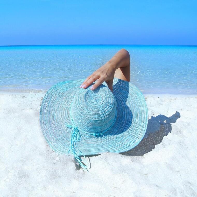 Γιατί νιώθεις ευτυχισμένη δίπλα στη θάλασσα; Ένα βιβλίο αποκαλύπτει τον λόγο
