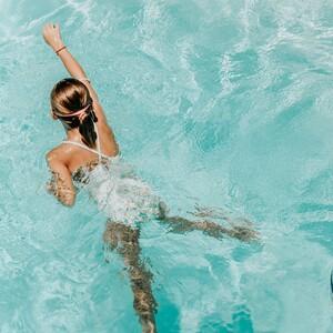 Ωτίτιδα: τι πρέπει να προσέχουν μικροί μεγάλοι όταν κολυμπούν