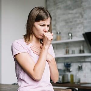 Μέχρι πού μπορούν να φτάσουν τα σταγονίδια ενός ατόμου που βήχει;