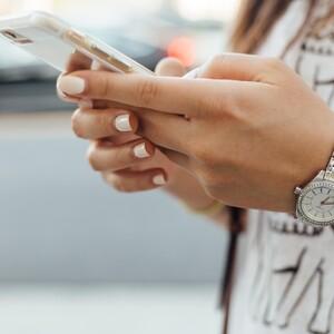 3 λόγοι που πρέπει ν' αποφεύγεις το κινητό σου όταν πηγαίνεις στο μπάνιο