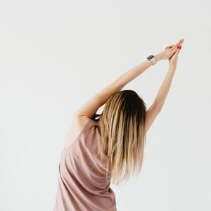 Πώς θ΄' ανακουφίσεις την πονεμένη πλάτη σου με 2 απλές ασκήσεις στο σπίτι