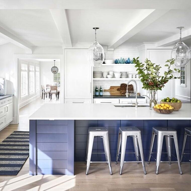 Πώς ένας σχεδιαστής χρησιμοποίησε το λευκό για να μεταμορφώσει ένα παραθαλάσσιο σπίτι