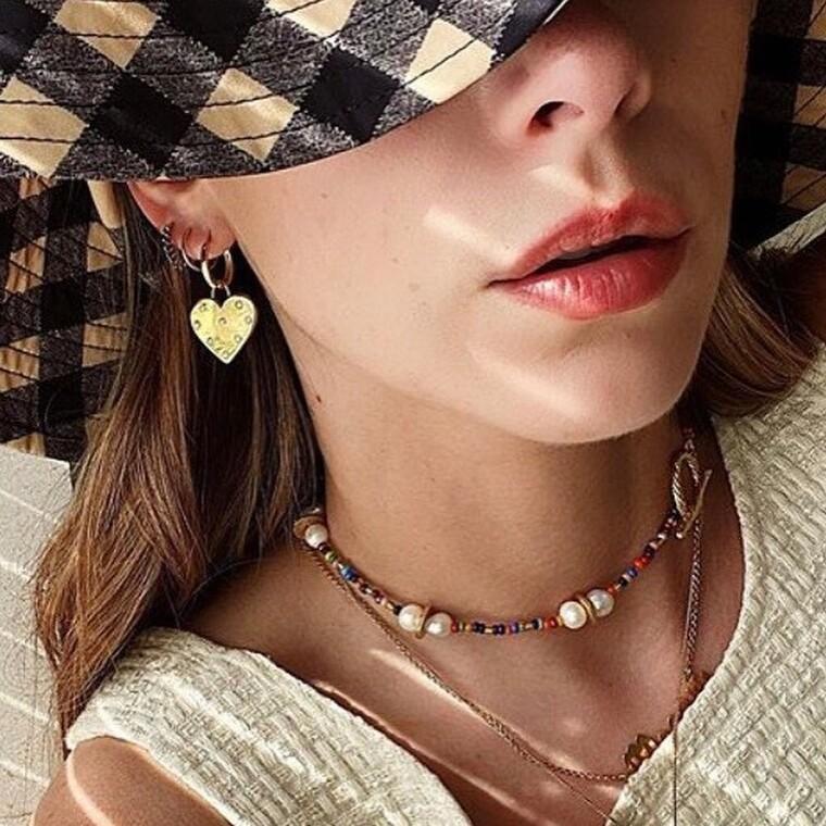 Τα κοσμήματα με πολύχρωμες χάντρες είναι η απόλυτη τάση του καλοκαιριού