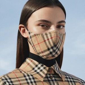 Η Burberry λανσάρει μια μάσκα με στυλ και... φιλανθρωπικό χαρακτήρα