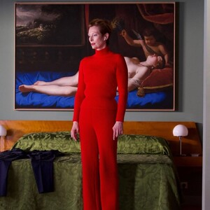 H Tilda Swinton με δημιουργίες του Balenciaga στη νέα ταινία του Αλμοδοβάρ