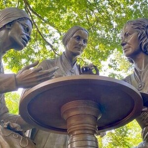 Ένα μνημείο για τρεις πρωτοπόρους των δικαιωμάτων των γυναικών