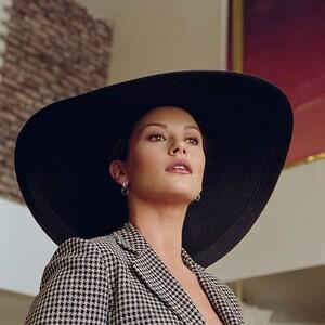 Η Catherine Zeta-Jones υιοθέτησε το απόλυτο κούρεμα της σεζόν
