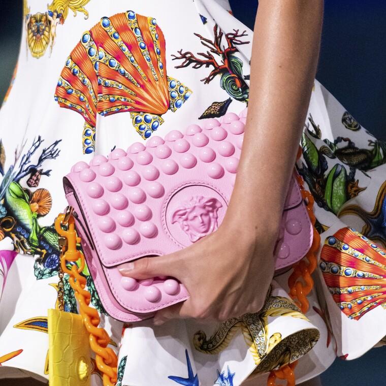 Versace SS21:τσάντες με έντονα χρώματα σε πρώτο πλάνο για το καλοκαίρι που έρχεται