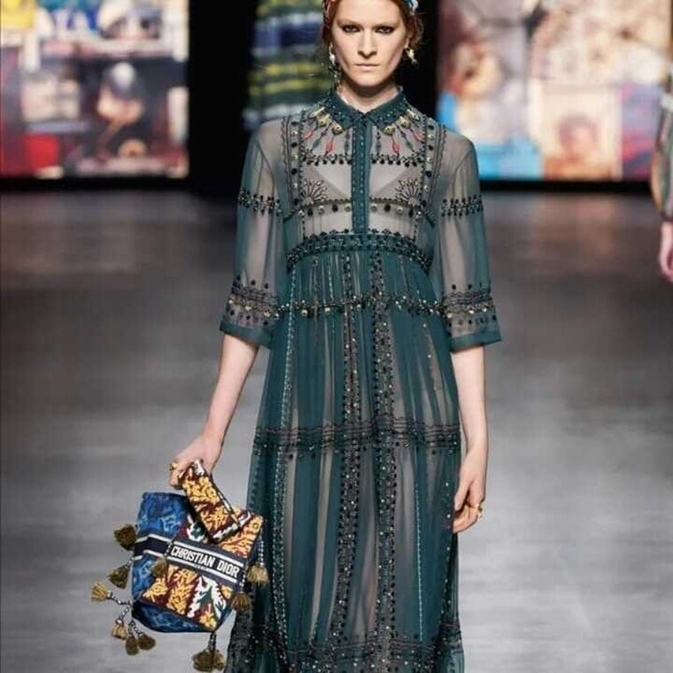 H bohemian εκδοχή της book tote τσάντας του Dior θα είναι το απόλυτο fashion trend της άνοιξης