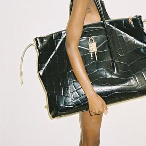 Η νέα SS21 συλλογή του Givenchy πηγαίνει τις τσάντες σε άλλη «διάσταση»