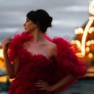 Η Anne Hathaway ποζάρει με κατακόκκινη δημιουργία Ralph & Russo στο Λονδίνο