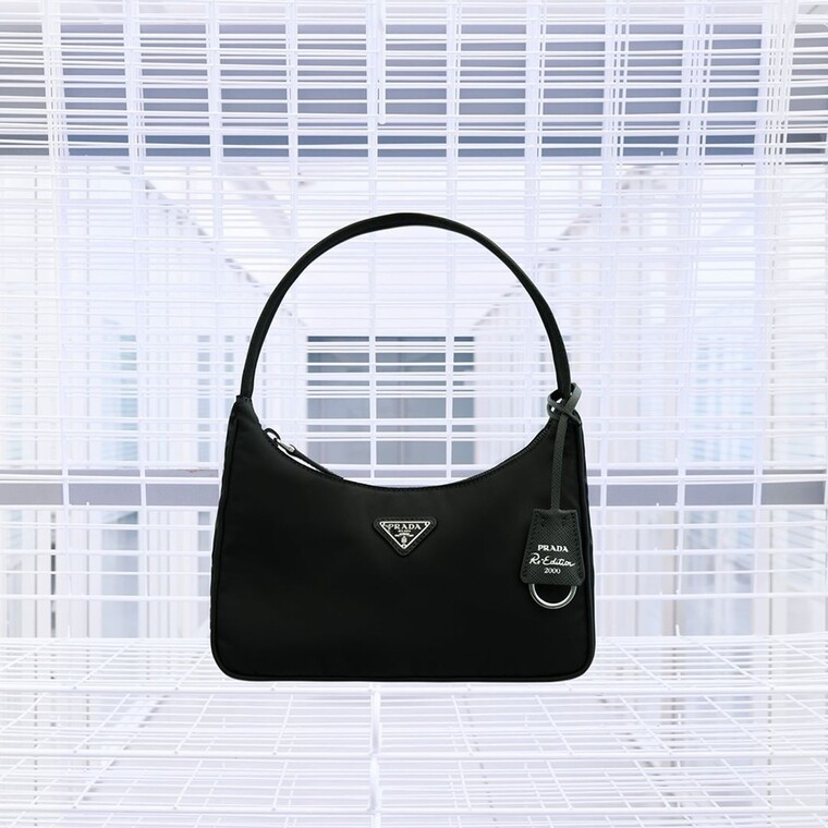 H Re-Nylon τσάντα της Prada μόλις μας έδωσε έναν ακόμη λόγο να επενδύσουμε στα '90s
