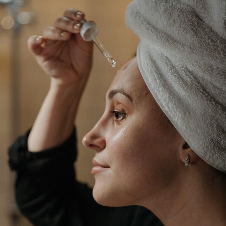 Αζελαϊκό οξύ: Το συστατικό που βοηθά στην ενήλικη ακμή και τη maskne