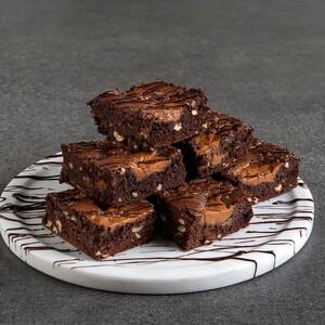Άκης Πετρετζίκης: Brownies με καραμέλα