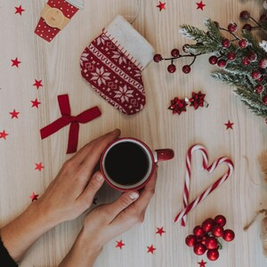Πώς μπορείς να περάσεις όμορφα τις γιορτές ακόμα κι αν είσαι μόνη σου