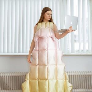Δημιουργίες από πάπλωμα είναι η νέα πρόταση για τις βιντεοκλήσεις στη διάρκεια της τηλεργασίας