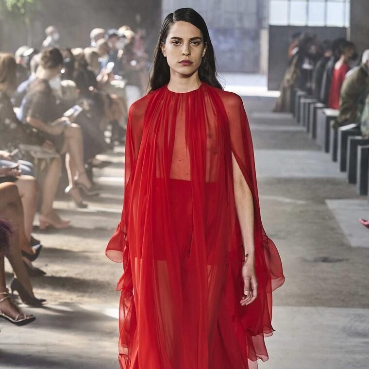Τα maxi φορέματα αποτελούν πρόταση όλων των μεγάλων οίκων αυτή τη χρονιά