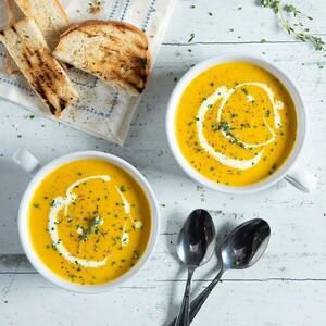 Ακης Πετρετζίκης: Αντιοξειδωτική σούπα με καρότο, κουρκουμά και ρόφημα σόγιας