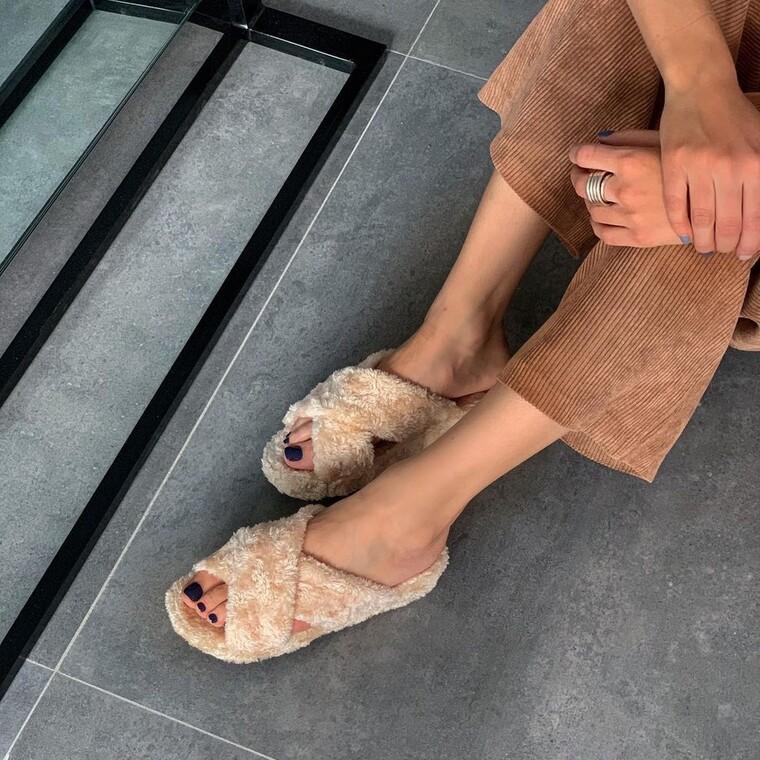 Βρήκαμε τα fuzzy sandals που θα αναβαθμίσουν το ντύσιμό σου στο σπίτι