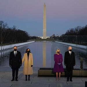 Covid Memorial:Τι επέλεξαν να φορέσουν Kamala Harris και Jill Biden