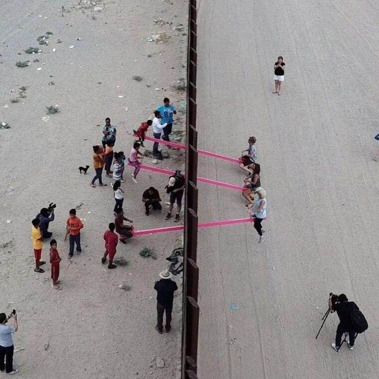 Οι ροζ τραμπάλες στον «φράχτη» ΗΠΑ-Μεξικού ανακηρύχθηκαν έργο της χρονιάς