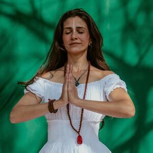 Yoga γέλιου: Τι είναι και ποιες οι θεραπευτικές της ιδιότητες για την ψυχολογία μας