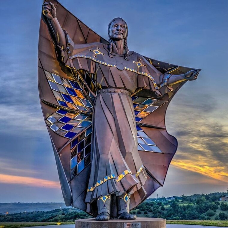 Το γιγαντιαίο γλυπτό που αποτίει φόρο τιμής στις γυναίκες ιθαγενείς
