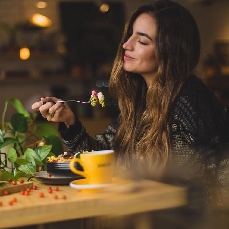 Πώς η υπερβολική κατανάλωση φαγητού πριν τον ύπνο επηρεάζει τα όνειρά σου
